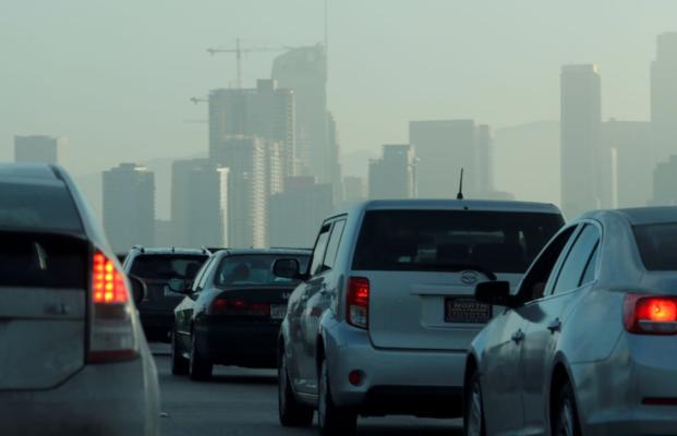 Пассажиры движутся по дороге к центру города Лос-Анджелес, Калифорния, США, 22 июля 2019 года. REUTERS / Mike Blake / File Photo